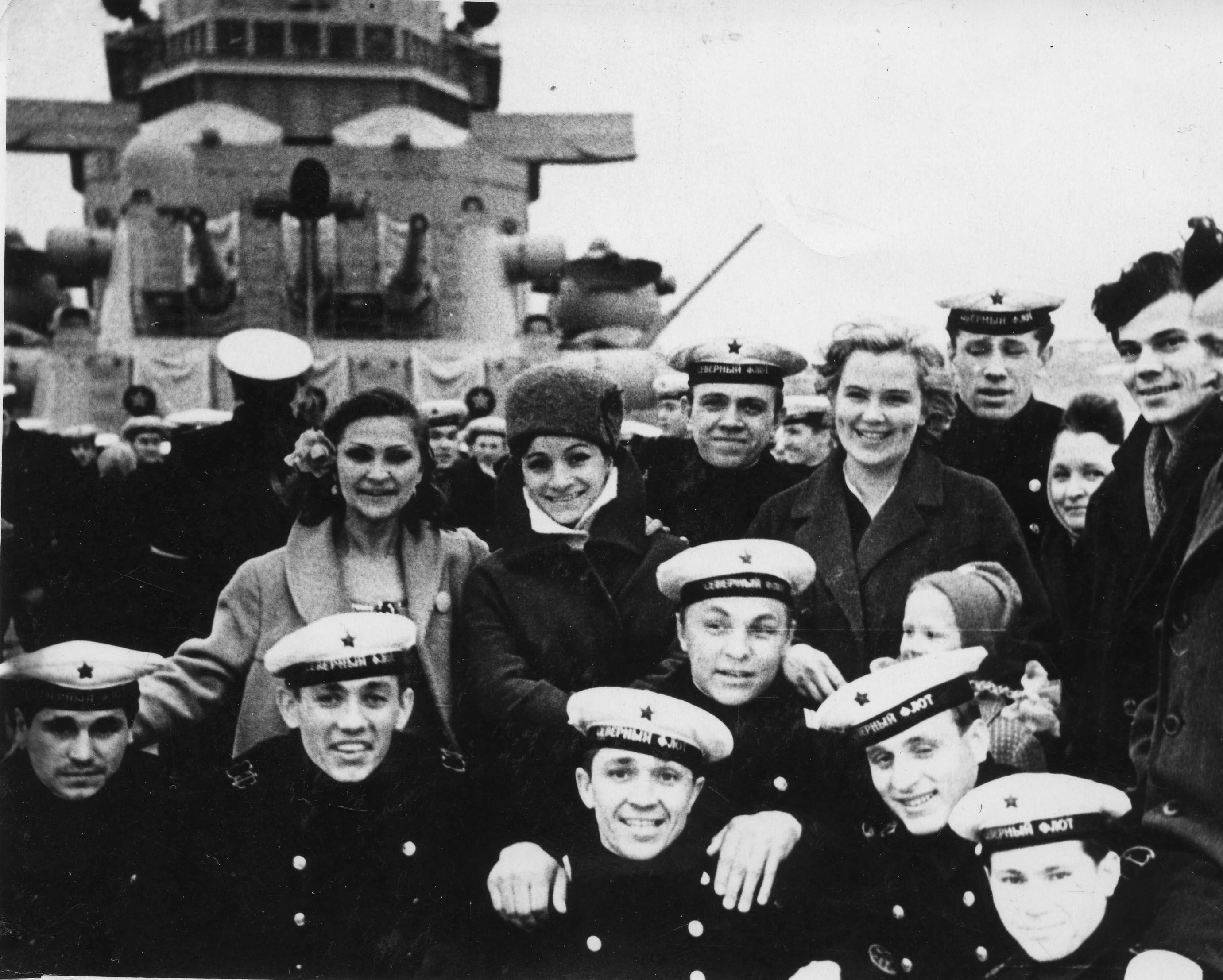 После концерта на палубе крейсера.  В центре: Тамара Коновалова (слева), Ольга Сергиенко и  Александра Агронская (справа).